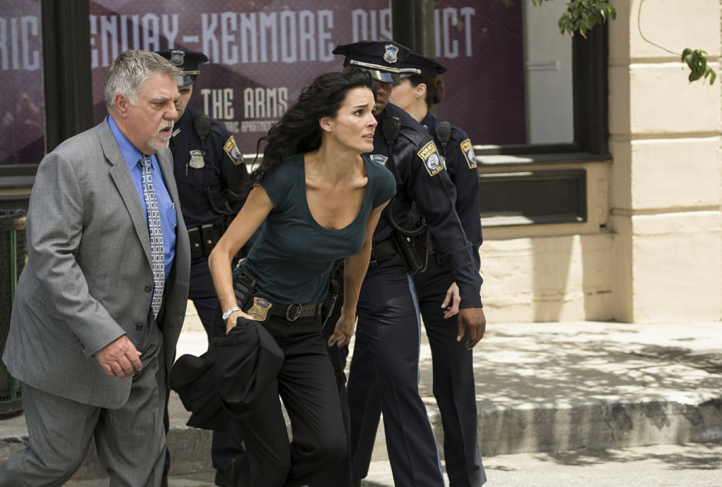 Bruce McGill and Angie Harmon in Rizzoli & Isles 6x12